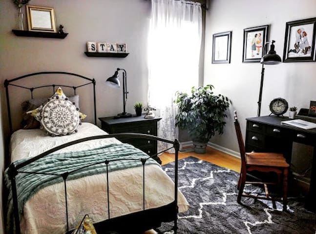 Charming & Cozy Bedroom Near Geist