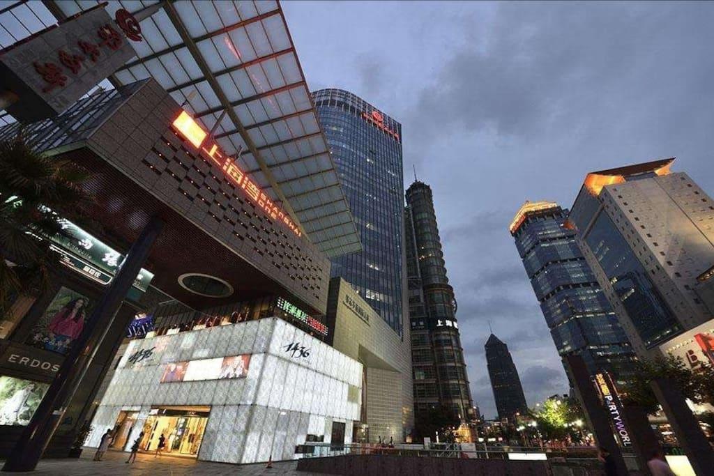 downstairs 下楼就是核心区域 上海第一八佰伴。