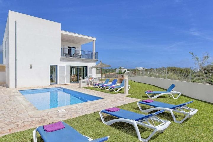 Villa elegante y moderna independiente con piscina