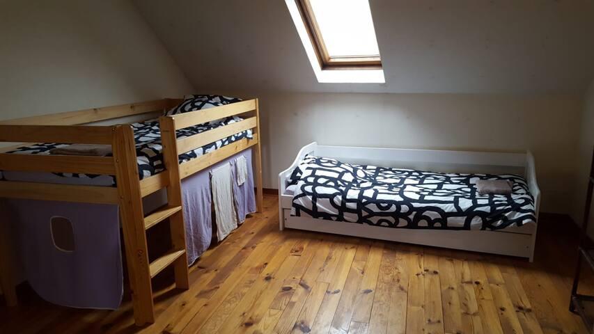 Dortoir 5 lits couchages simples. Deuxième étage.