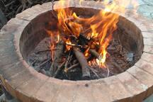 questo è il barbecue in mattoni refrattari. la griglia ha un diametro di 50 cm (17 pollici). potete arrostire pesci, crostacei, carni o verdure a vostro piacimento