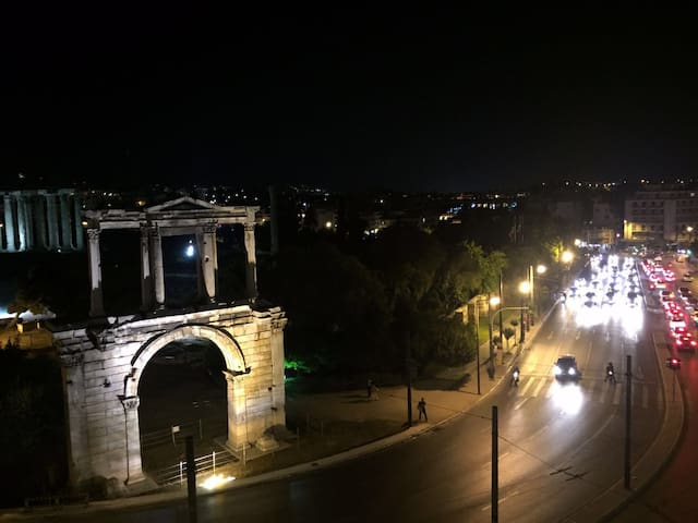 The Temple of Zeus and the Hadrian Arch - Athina - Apartment
