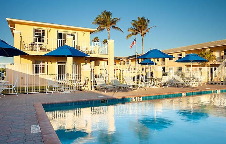 Beach Front, fully equipped, Gulf Stream Manor