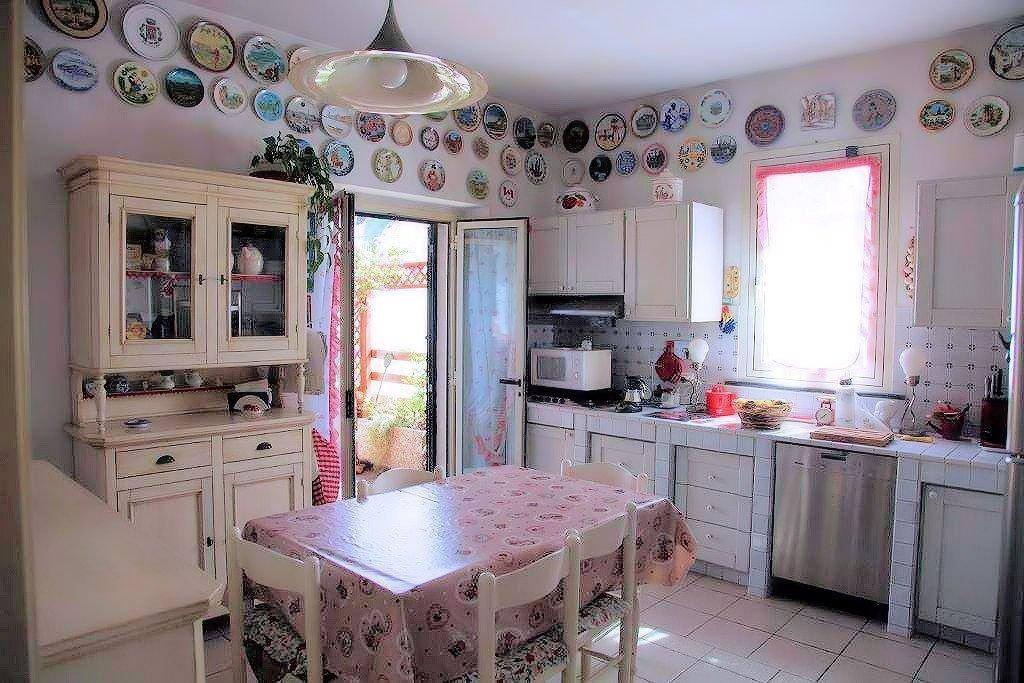La Cucina , caratterizzata da una bellissima collezione di Piatti provenienti da tutto il mondo