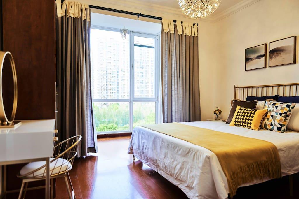 卧室大床和梳妆台