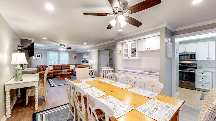 Suites on 17th #2, Stunning 3bed/3bath Condo! FREE Linens/Towels on 1 week stays, 17th St, CLOSE TO THE BEACH!