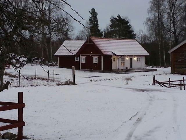 Charmigt mysigt hus på bondgård - Arboga - House