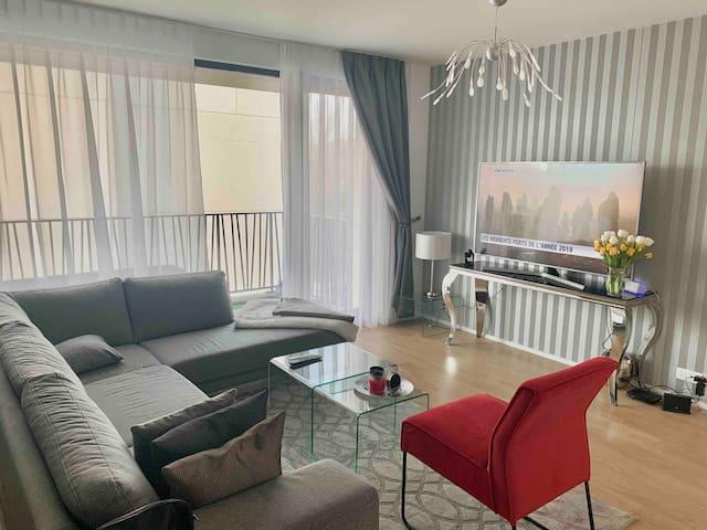 Appartement propre et moderne avec balcon