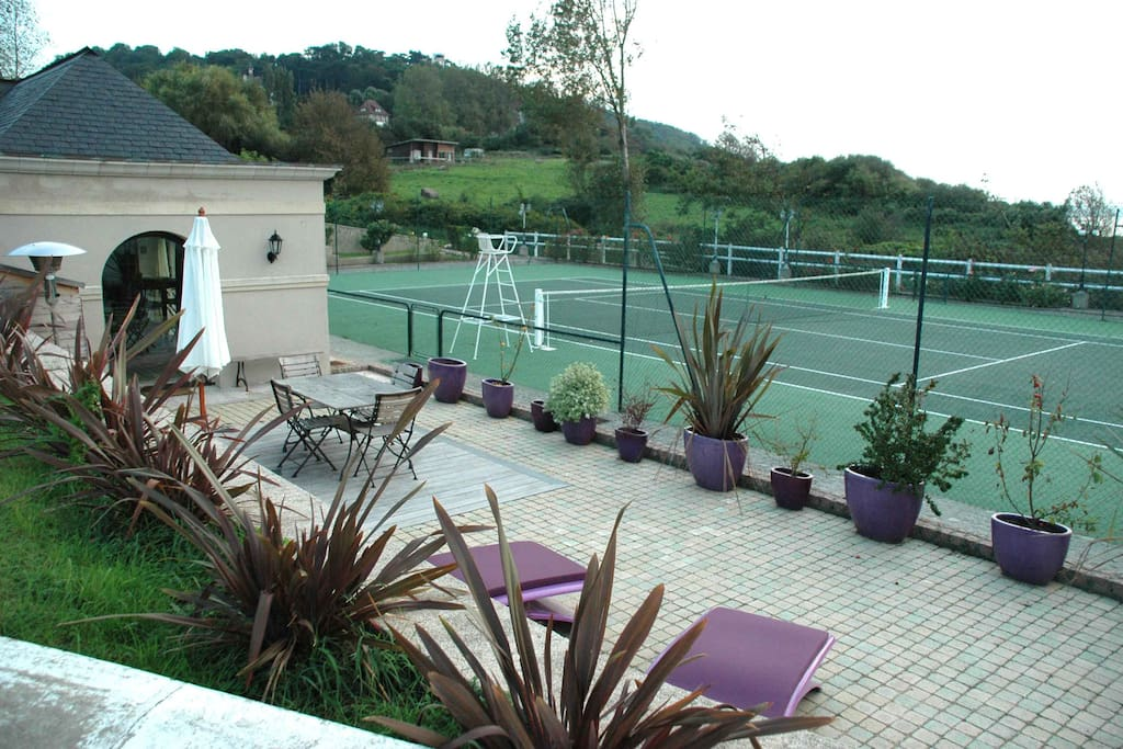 Terrasse cottage Le Tennis et court de Tennis