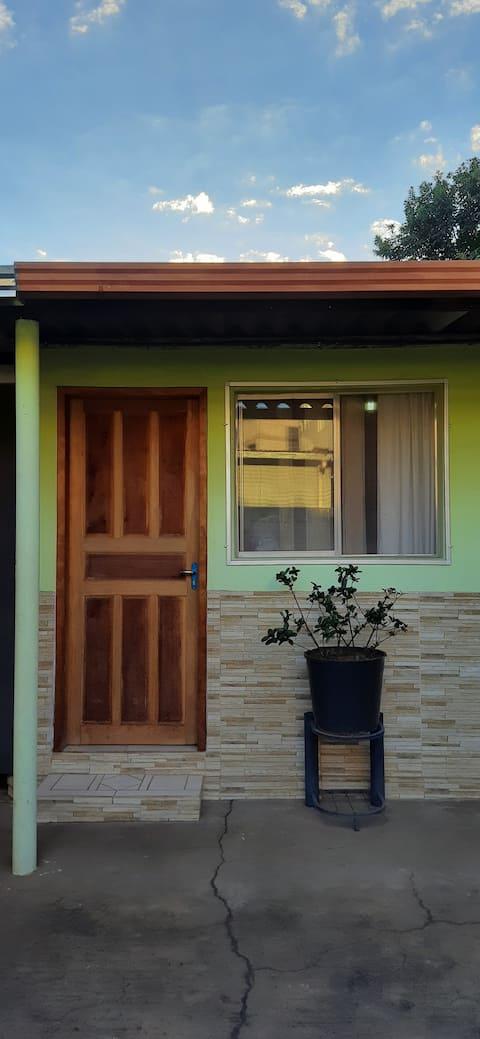 Quarto com suite em casa no centro de Congonhas/MG
