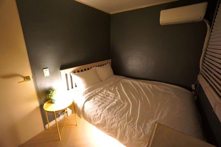 Room2 (1Queen bed , 1 air conditioner)