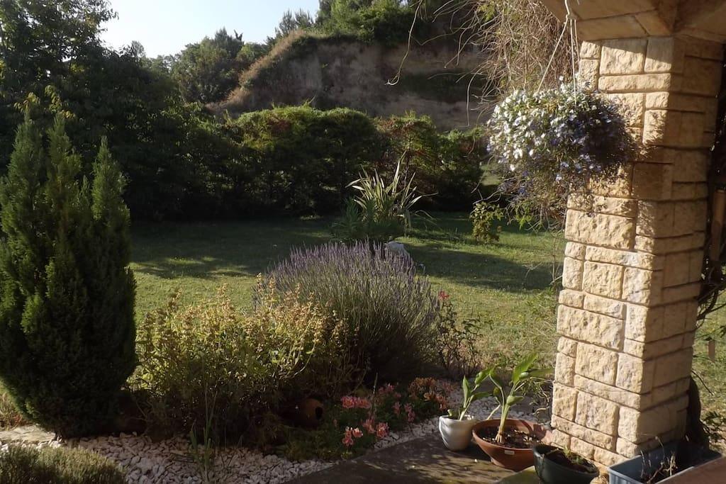 Notre terrasse donne sur notre jardin, dans un cadre calme et fleuri.