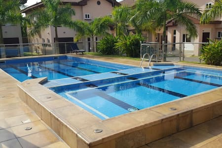 NEW Luxury 1 Bedroom Apartment steps from Airport - Accra - Huis