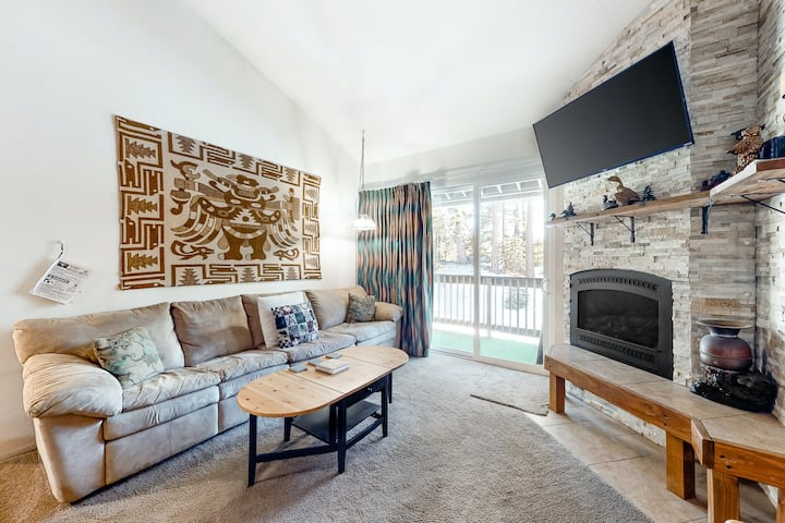 Perfect mountain getaway near the slopes w/ private balcony & shared hot tub