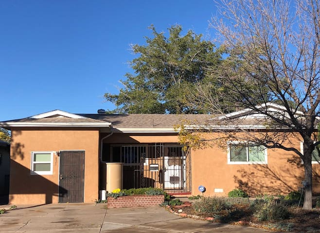 Comfortable 3 Bedroom Home Near UNM and Nob Hill