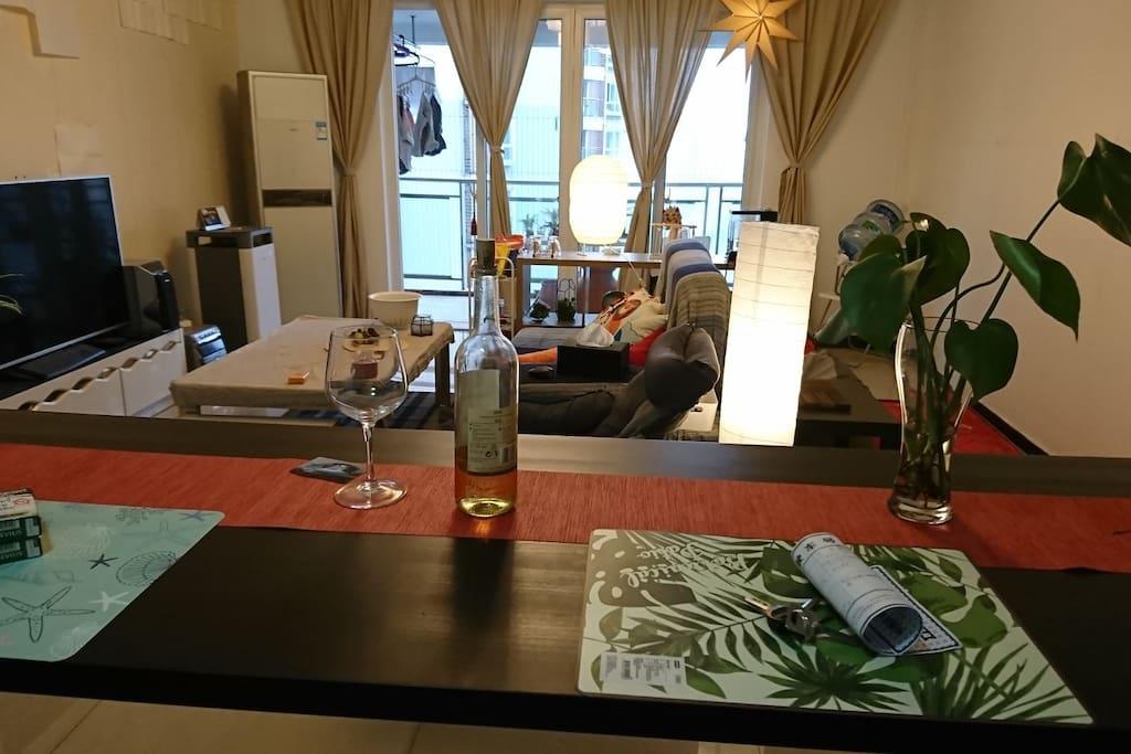 共用客厅:空气净化器,百兆wifi、空调、电视、音响、餐桌、冰箱、红酒、咖啡、牛奶、零食等。