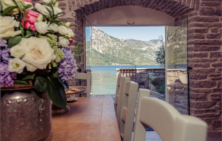Beautiful home in Kotor with WiFi and 5 Bedrooms