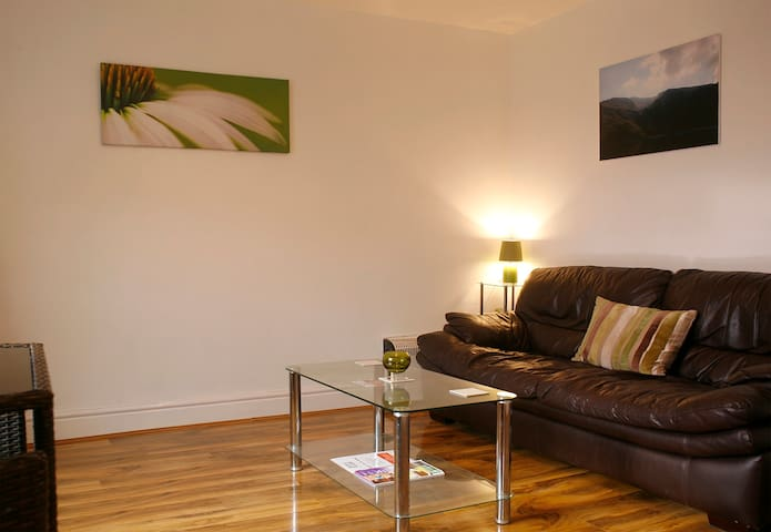 Mountain-view Town Centre Apartment - Prestatyn - Apartment
