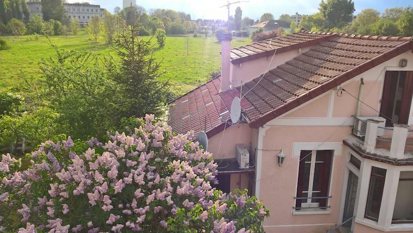 La seconde Maison au fond du jardin dans un cadre enchanté et paisible près de la ville ! The second House at the bottom of the garden in an enchanted and peaceful setting on the City !