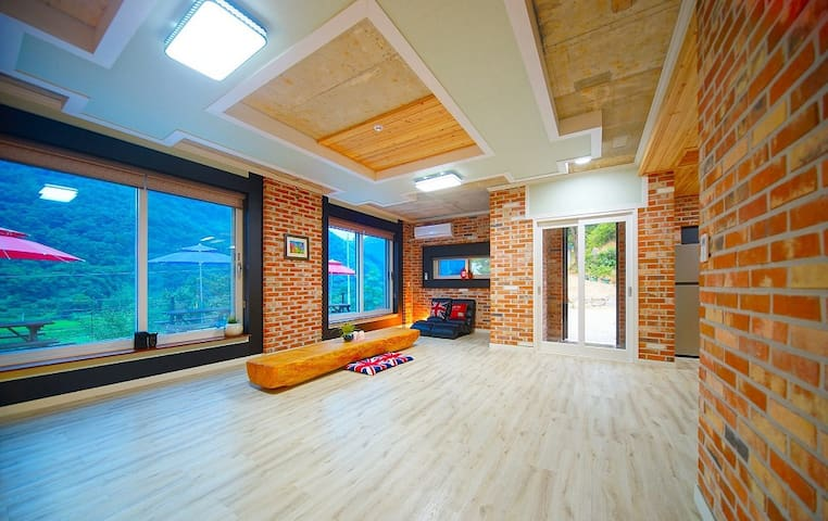 1층에 위치한 객실로 대형 거실과 작은 방으로 구성된 별잠(온돌)