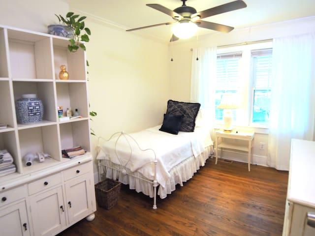 Cozy Single Bed near Downtown & NC State