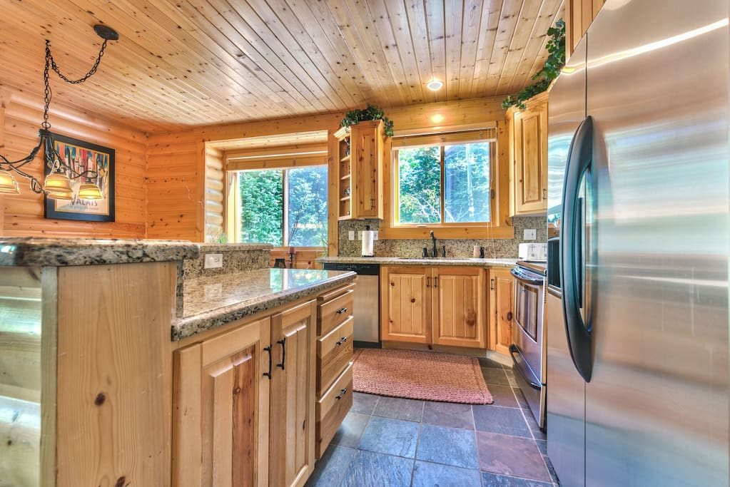 Fully Equipped Kitchen with Granite Countertops, Stainless Appliances