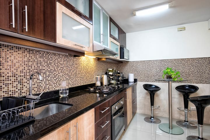 La habitación da derecho al uso de las áreas comunes como la cocina.