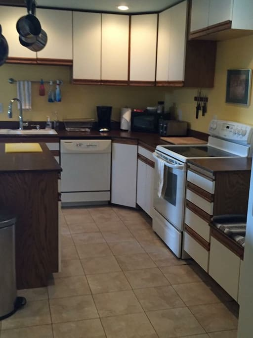 Functioning kitchen with coffee pot, d/w, fridge, stove, microwave, ice/water on new fridge
