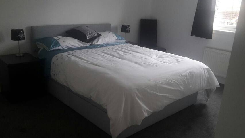 Bedroom & en suite, Nr Edin Airport - Kirkliston - Σπίτι