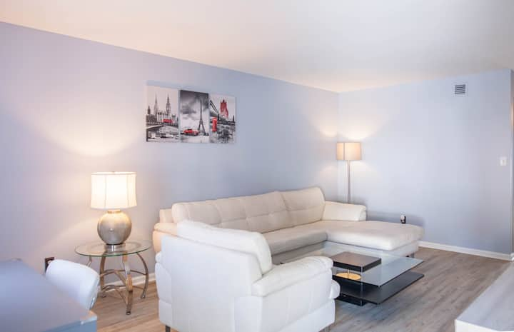 Townhome close to HPU/ Furniture Mkt With King bed