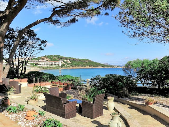 Charming holiday home with beautiful sea view, directly on the beach