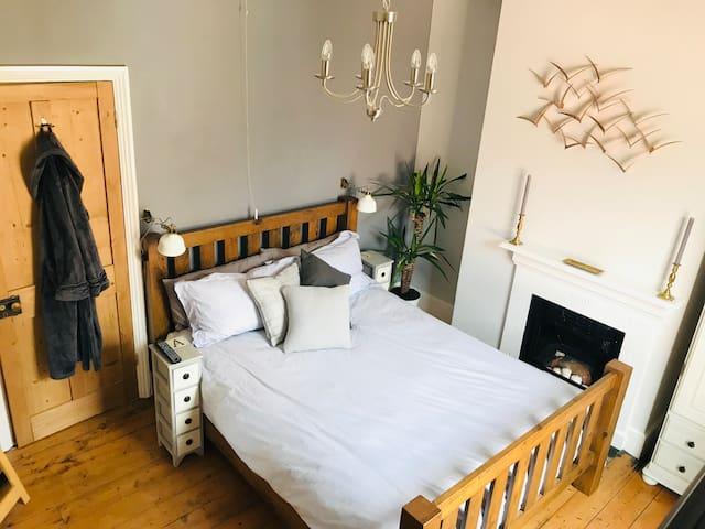 Private Double-Bedroom - Quaint Victorian Cottage