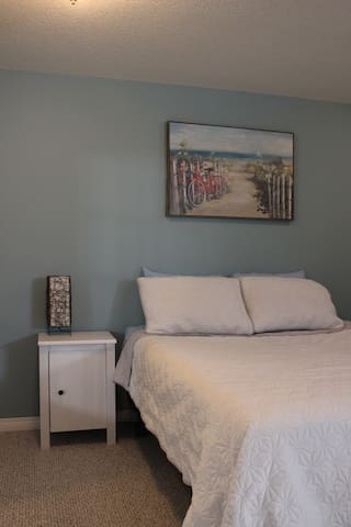 Cozy Room with Queen Bed•Private Bathroom•UofC/FMC