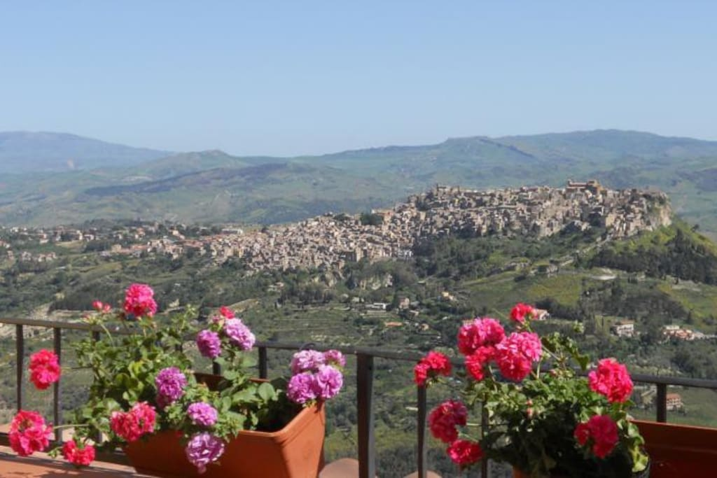 "Vista panoramica camera e terrazza ""Messina Room"""