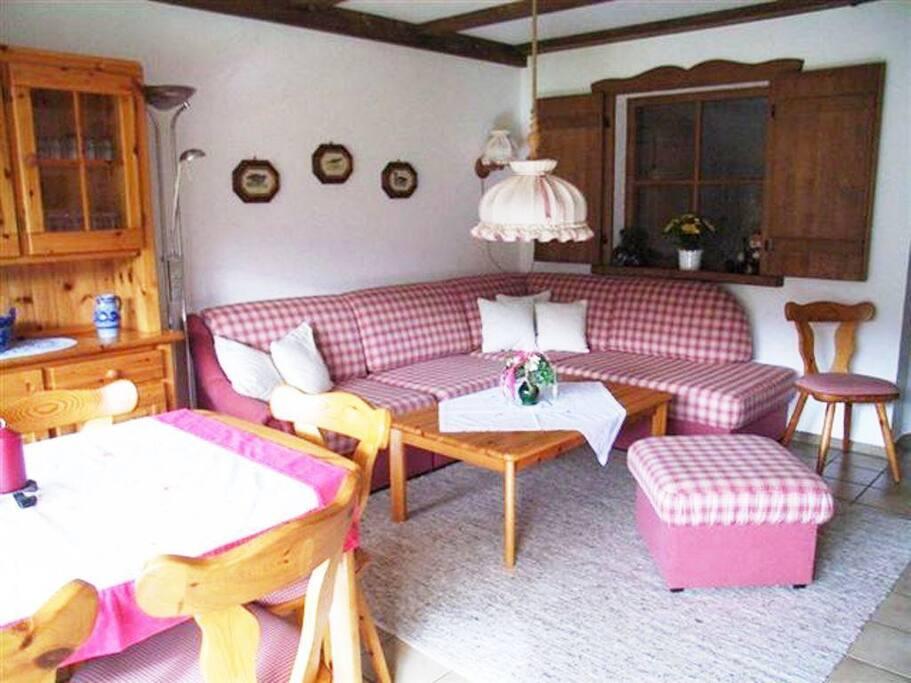 Wohnzimmer mit Eckcouch und großen Essplatz