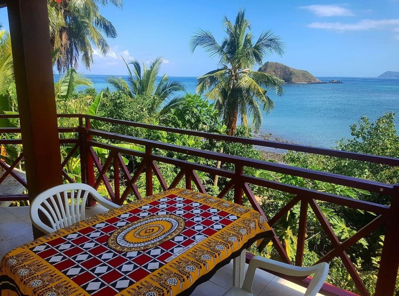 Vue de la terrasse avec accès privé à la plage de M'tsangamtiti et son magnifique tombant