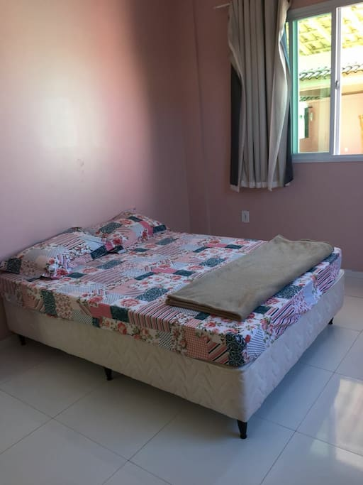 quarto com cama de casal e banheiro privativo