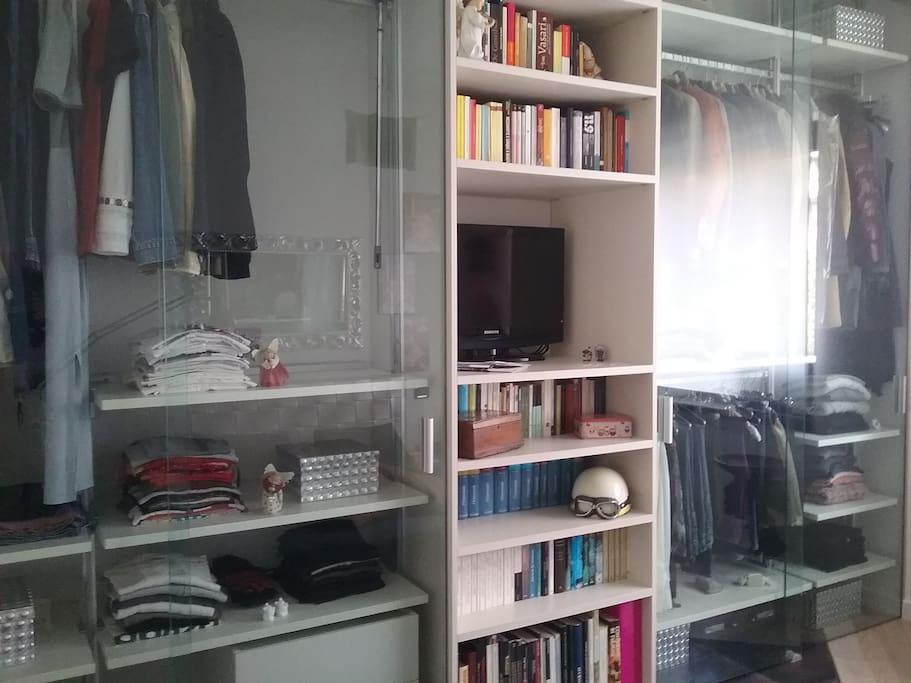 Libreria e armadio all'interno della camera per gli ospiti