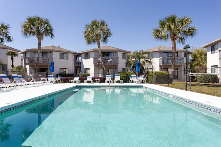 Cozy 2 bedroom condo minutes from the beach