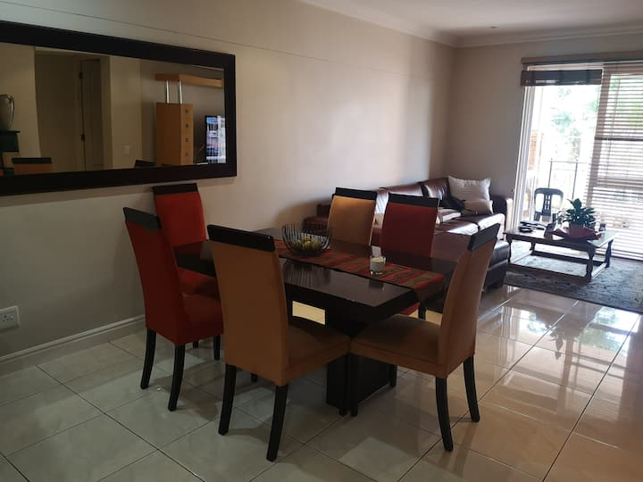 Bright clean cosy apartment close to Melrose Arch
