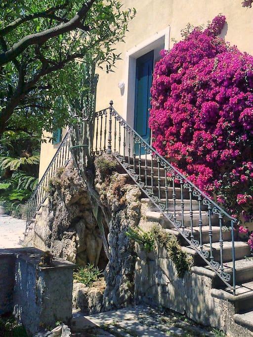 """Antico ingresso della casa, con la scalinata doppia e la """"grotta"""""""