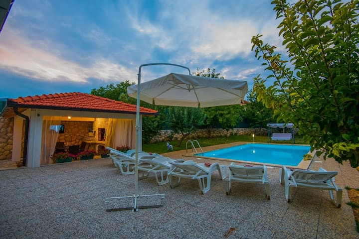 ctim238/ Holiday house with private pool in Imotski - Makarska, ideal for families or small groups and can accommodate 6 + 2 persons