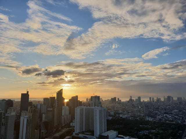 Superhost 60th floor Studio w/ Makati Skyline View
