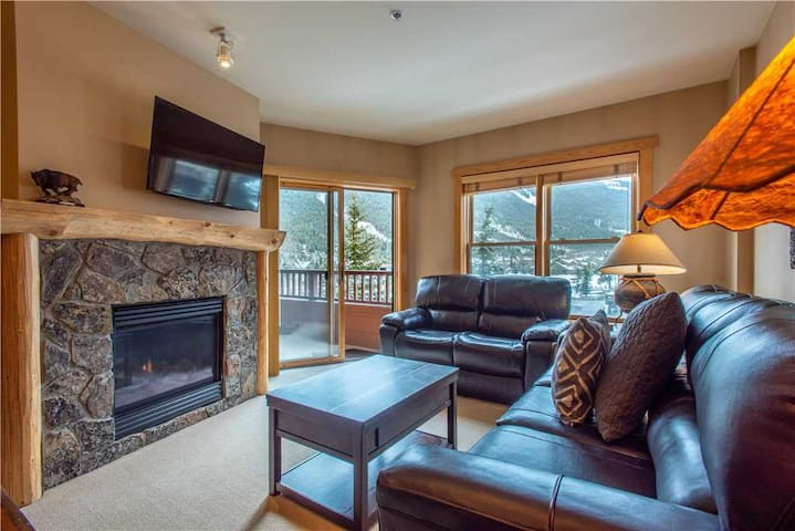 Spectacular mountain views, just steps from Super Bee, 3 outdoor hot tubs, free wifi, & parking. - Copper Springs Lodge 204