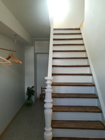 Votre propre hall d'entrée, l'escalier d'origine de la maison.