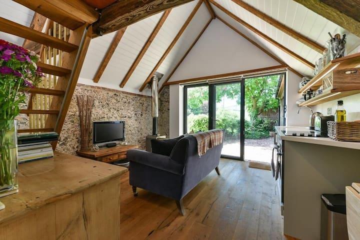 Shepherds Barn. Romantic Bolthole, 65mi fr London