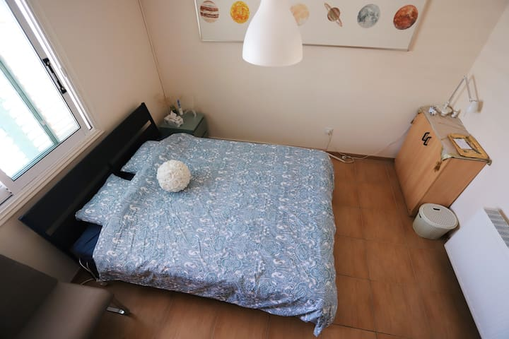 """Comfy room with breakfast, 15"""" from center (cycle)"""