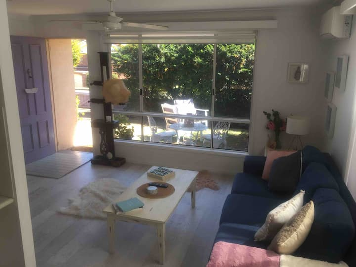 Nobby's Beach Charming Pet Friendly Cottage