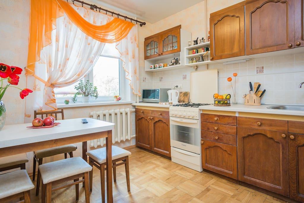 уютная кухня оборудована всем необходимым для приготовления пищи, посуда на 8 человек