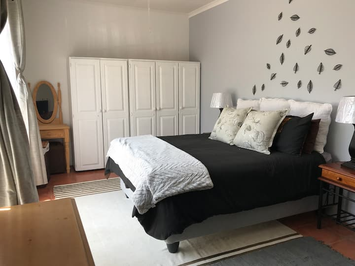 Contemporary Stay at Giraffe Cottage